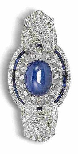 Un zafiro, zafiro sintético y de diamantes broche, alrededor del año 1915. El zafiro cabujón ovalada dentro de un óvalo perforado con remates de cinta trenzado, millegrain-set en todo con una sola y diamantes talla rosa y acentuado con una hilera de zafiros sintéticos Calibre cortado, solo diamantes -Corte aproximadamente 4,00 quilates en total, anchura 7.0cm. Un pequeño lujo, pero creo que lo valgo.
