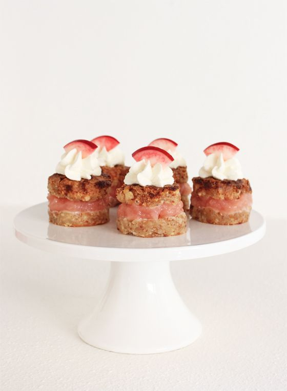 Makron- og marcipankage med æblemos (Recipe in Danish) | Opskrifter (in Danish) | Pinterest ...