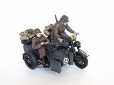 """Motocykl BMW R75 z koszem i niemiecką załogą - Motocykl z koszem oraz 2 figurki żołnierzy niemieckich z okresu II wojny światowej. Model oraz figurki plastikowe, ręcznie złożone i ręcznie pomalowane w skali 1:35   """"Motorcycle BMW R75 with Sidecar and German Crew"""" (091944) - These are a motorcycle with sidecar and 2 figures of german soldiers in the World War II. Plastic model and figures, hand-glued and hand-painted, 1:35 scale figures. Comments:"""