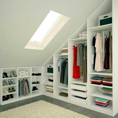 Dressing avec armoires sous pente dans chambre parentale