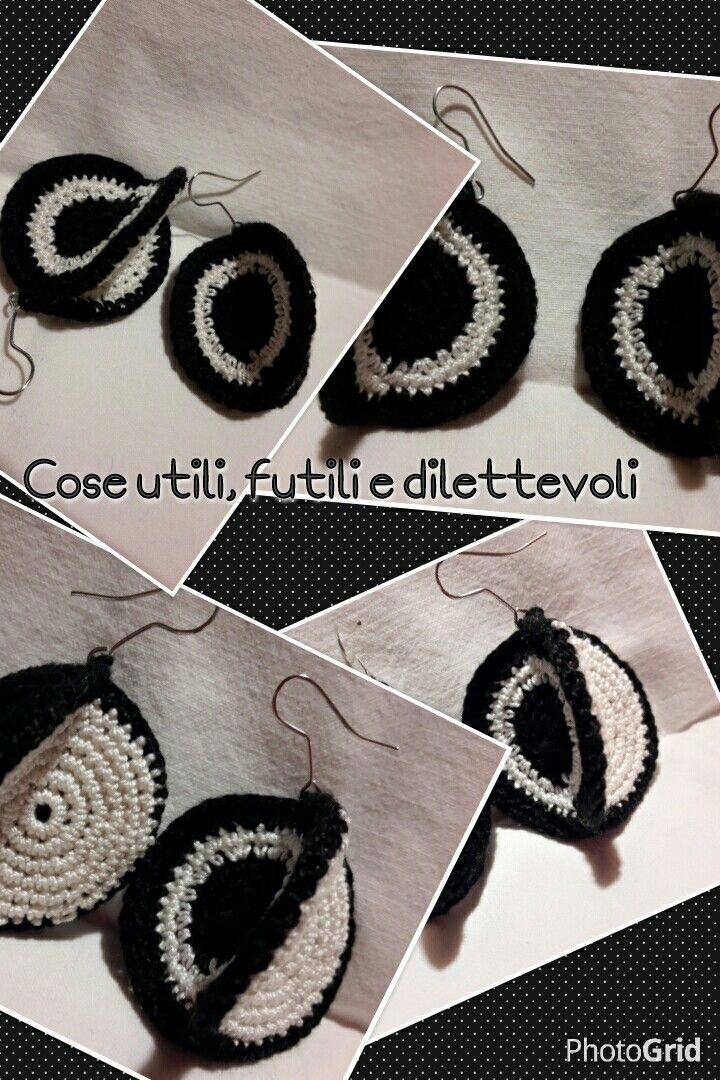 Tre mini cerchi: solo bianco, solo nero, bianco e nero. Una forma insolita per gli orecchini optical.