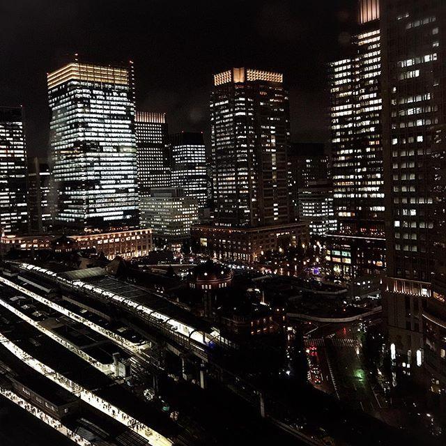 Instagram【pinkaholic03】さんの写真をピンしています。 《今日は真夏日になるそうですが、日はすっかり短くなり、夜景の綺麗な季節になっています。 こんな夜景を眺めつつの残業は、とても切ない気持ちになりますwww #夜景#東京駅#丸の内#tokyo#tokyostation#marunouchi#nightview》