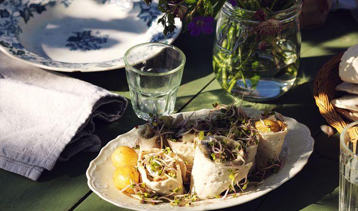 Här har vi helt enkelt fyllt tunnbröd med den allra godaste sommarmaten och rullat ihop och skurit i snittar. Enkelt och gott! Smöra brödskivorna och fördela salladsblad ovanpå, skiva kokt potatis och lägg över (eller använd små hela färskpotatisar), strö över lök och sill. Rulla ihop och skär i snittar. Dekorera med groddar.