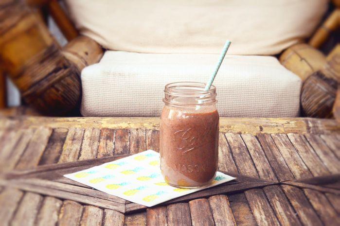 100 ml amandelmelk  2 eetlepels cacao nibs  2 eetlepels kokosschaafsel  200 gram ananas  1 banaan