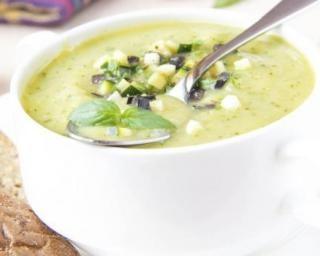 Soupe de courgette et aubergine : http://www.fourchette-et-bikini.fr/recettes/recettes-minceur/soupe-de-courgette-et-aubergine.html