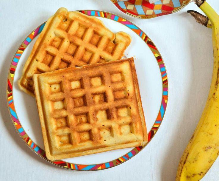 Готовим вафли с бананом в вафельнице  Иногда случается, что вы приобрели в супермаркете или на рынке гроздь бананов... Родные несколько штук съели, а остальные бананы уже несколько дней лежат в холодильнике. Именно такие, слегка полежавшие бананы отлично подходят для приготовления очень вкусных банановых вафель. Добавьте к одному банану всего несколько всегда имеющихся под рукой ингредиентов, и через короткое время вы получите целую стопочку хрустящих вафель.   Вся семья с удовольствием ими…