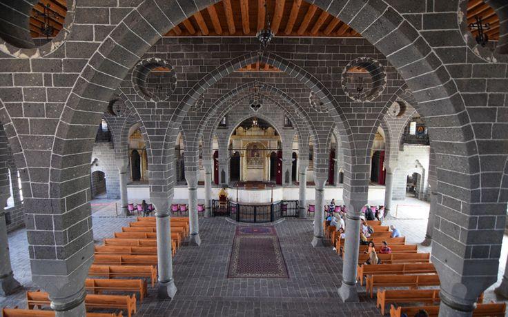 Surp Giragos kilisesi/Sur/Diyarbakır///  Surp Giragos Kilisesi Ortadoğu'daki en büyük Ermeni kilisesidir. 1. Dünya Savaşı sırasında Alman subaylar tarafından karargah olarak kullanılmıştır.