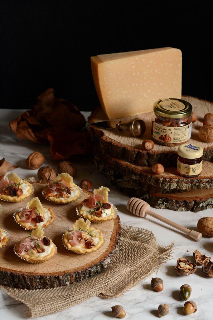Mini crostatine salate al parmigiano, miele e frutta secca