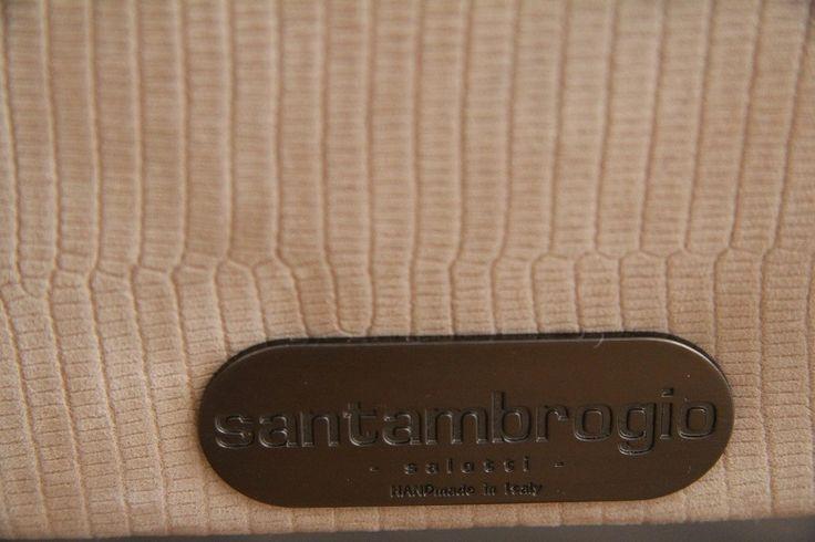 Tutti i nostri divani in pelle hanno un marchio di fabbrica che ne certifica l'origine e la qualità. Santambrogio Salotti