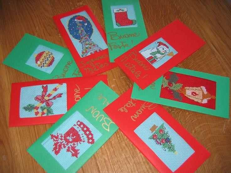 """Gli schemi dei lavori sono stati estrapolati da """"speciale punto croce Natale"""", """"le idee di Susanna"""" n. 184 del dicembre 2004 e da Ricamare di ottobre 2004. Finiti i ricami, ho tagliato, incollato e scritto i cartoncini (normalissimi cartoncini comprati in cartoleria) e le buste con un pennarello dorato. Et voila, il risultato è qui. Carini, no?"""