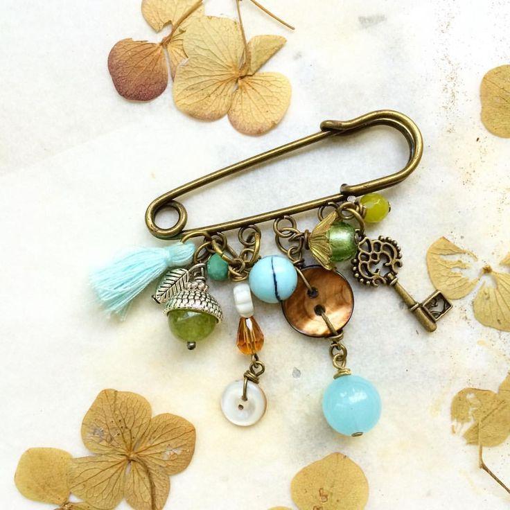 Spillone ferma sciarpa con bottoni vintage e charms : Spille di paperart-roma