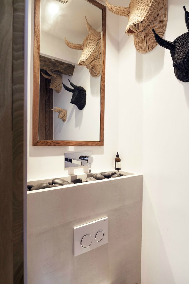 J'aime l'association du bois de noyer, du noir et du blanc qui a été faite par l'architecteMargaux Beja dans son petit appartement...