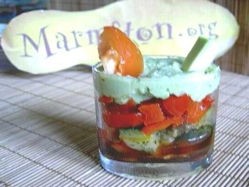 MARMITON. Verrines de légumes.  Temps de préparation : 15 minutes. Temps de cuisson : 40 minutes. Ingrédients (pour 5 verrines) : - 1 avocat - 1/2 yaourt nature - 1 cuillère à soupe de parmesan râpé - 1 peu de jus de citron - 2 tomates - sel, poivre, huile d'olives, vinaigre balsamique - 1/2 poivrons rouge - 1/2 courgette - herbes de Provence