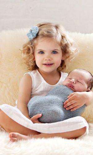 Fotos de recém-nascidos tornaram-se uma febre em todo o mundo. Não falta criatividade aos pais e fotógrafos para criar cenas belíssimas envolvendo o bebê e suas famílias. Nesta seleção, separamos momentos incríveis de carinho entre o irmão mais velho e aquele que acaba de chegar - ou ainda está na barriga