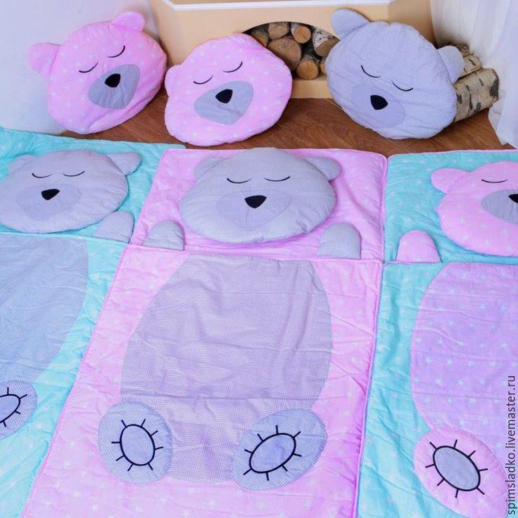 Купить или заказать Детский спальный мешок в интернет-магазине на Ярмарке Мастеров. Новый формат детского постельного белья- детские спальные мешки 4 в 1 ! Матрасик ( синтепон) , одеяло ( синтепон ) , подушка (синтепон) и в сложенном виде спальный мешок !Уютное 'гнёздышко' для вашего ребёнка .Спальный мешок 4 в 1 'Мишка Тедди ' ,#дсм4в1 Доставка по Москве на следующий день! Самовывоз ,отправка почтой ! 79175601022 Мария , WA, Viber. Габариты'75/150 см .