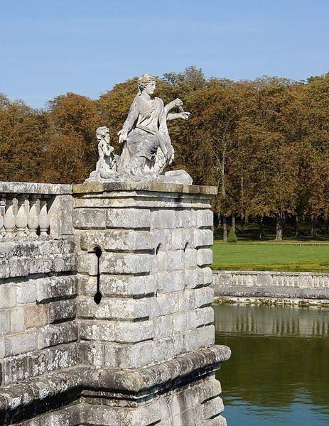 Statue femme autruche Vaux le Vicomte