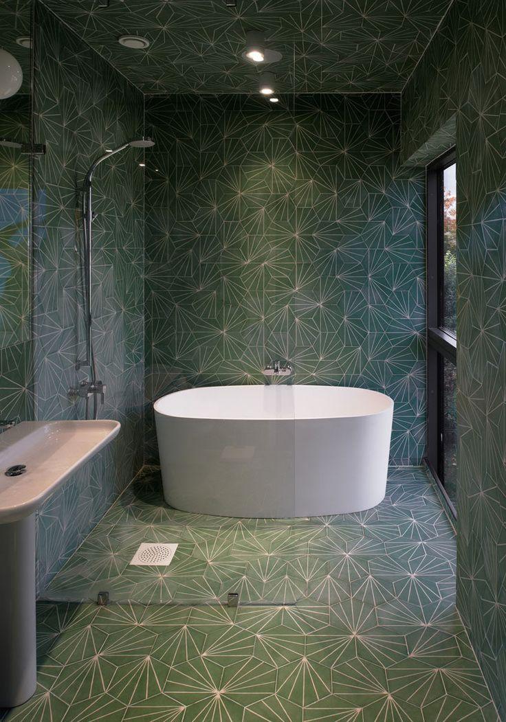 Плитка Идея - использовать тот же плитки на полы и стены |  Мало того, что одни и те же узорчатые зеленые плитки были использованы на стенах и полах этой ванной, они также были использованы на потолке!