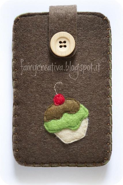 portacellulare in feltro cupcake by Fairy Creativa, via Flickr