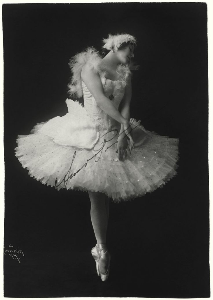 """La bailarina rusa caracterizada para su interpretación de La muerte del Cisne, breve y dramática coreografía que Michel Fokine creó para ella en 1907, sobre la música del """"El Cisne"""" del Carnaval de los Animales, de Camille Saint – Saëns."""
