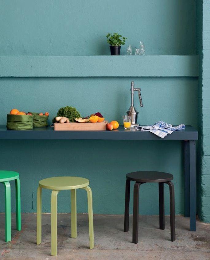 Een mooi vergrijsde blauw/groen, krukjes zijn van Ikea (geverfd) en brengen kleuraccenten