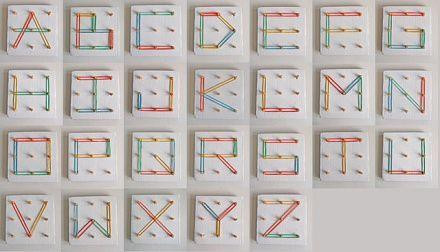 Sencillo abecedario echo con elásticos y cartón. Para que los niños aprendan y para decorar también :)