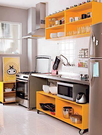 Ao mesmo tempo que desejamos uma cozinha planejada, caríssima e cheia de armários...         Os arquitetos usam e abusam de soluções ...