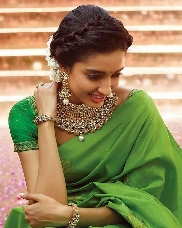 LOVE HER LOOK! Her jewellery looks amazing in combination with a simple green saree!. #perfectsaree#greensaree#necklace#haironfleek#indianjewellery#bollywood#sareeblouse#saree#sareeblogger#sareeinspiration#sareetime#sareelove#sareefashion#inspiration#traditionallook#colombostyle#indiansaree#indianinspiration