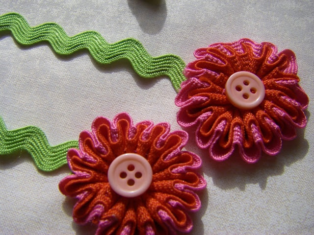 sew ritzy~titzy: rick-rack flowers - no tutorial but were made from an old Simplicity pattern - time to search