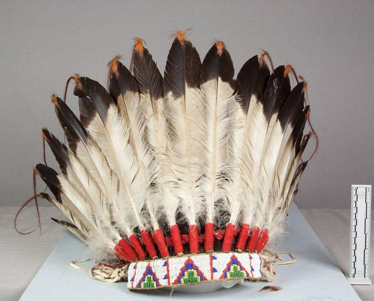 Головной убор (орлиные перья, бисер, конский волос, горностай?), Оглала Лакота. Вид один. Длина 17 1/2, диаметр 11 1/2 дюймов. Victor J.Evans, 1931 год. NMNH