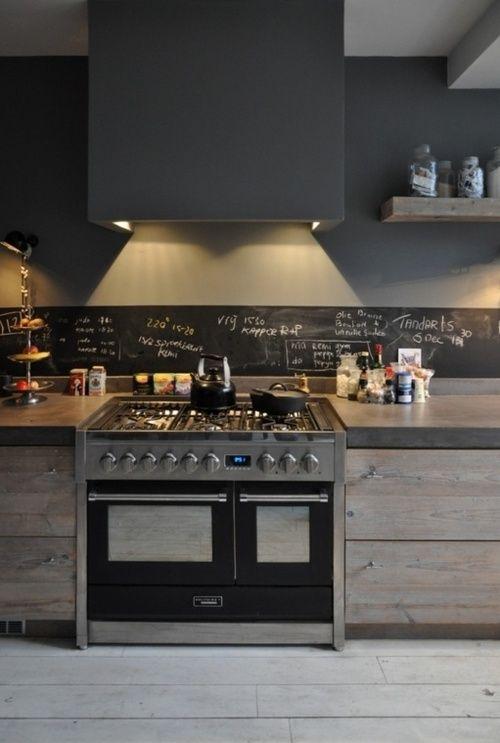 Cuisine campagne chic, bois et béton, crédence tableau noir | Rustic chic kitchen, chalkboard backsplash
