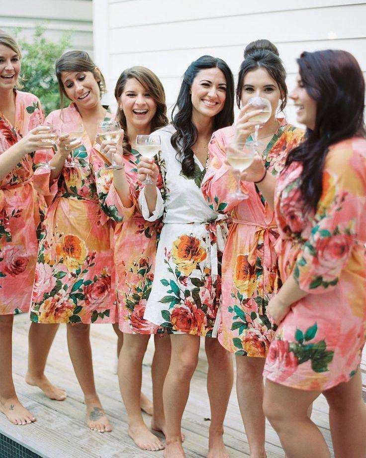 Você já pensou que robes personalizados podem ser ótimas lembranças para as madrinhas? Além de deixar as fotos incrivelmente bonitas eles são bem úteis depois! . . . #noiva #bride #luz#luzes #noivadiy#bridediy #noiva2017 #ceub#casaréumbarato #casamento #voucasar#casamentodoano #noivafeliz #ido#instabride #picoftheday #bridesmaid#dreamwedding #bff #engaged #bridetobe #madrinhas #estampas #flores #flower #madrinhadecasamento #bridesmaid #operaçãomadrinha #operaçãomadrinhadecasamento