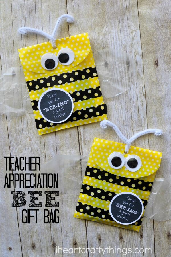 This cute Bee DIY Teacher Gift Bag is super simple to make and it's perfect for holding a simple candy gift or a gift card for a teacher gift. A printable label is included.