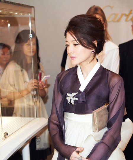lee young ae, one of the most beautiful women in the world in my opinion in a beautiful 한복 hanbok