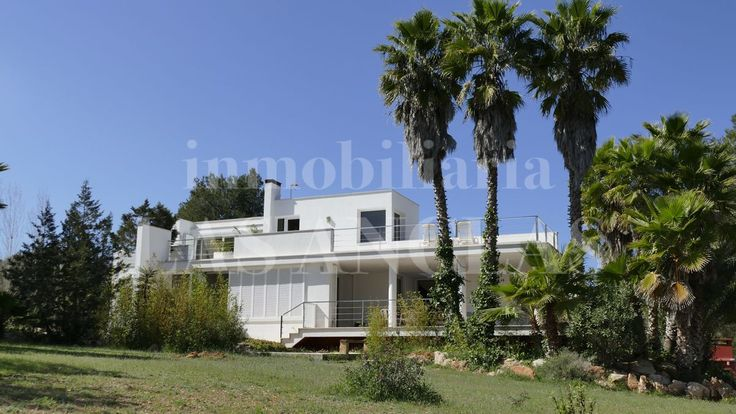 Ref. 141 Located on a flat plot of land and in tranquil surroundings with total privacy, this villa offers architecture with a modern design.