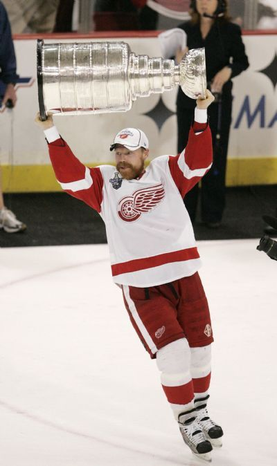 Tackla hockey. Detroit Red Wings center Kris Draper lifts the Stanley Cup for the fourth time as a Red Wing, as the 2007-08 Stanley Cup Champion Detroit Red Wings celebrate on the ice after the final buzzer of a 3-2 Cup clinching victory over the Pittsburgh Penguins at Mellon Arena in Pittsburgh. Red Wings win the series 4-2, Wednesday, June 4, 2008. ( The Detroit News / John T. Greilick )