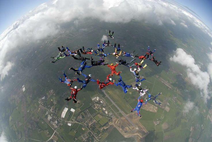 Nationaal Paracentrum Teuge - Parachutespringen, Tandemsprong, Opleiding, Parashows