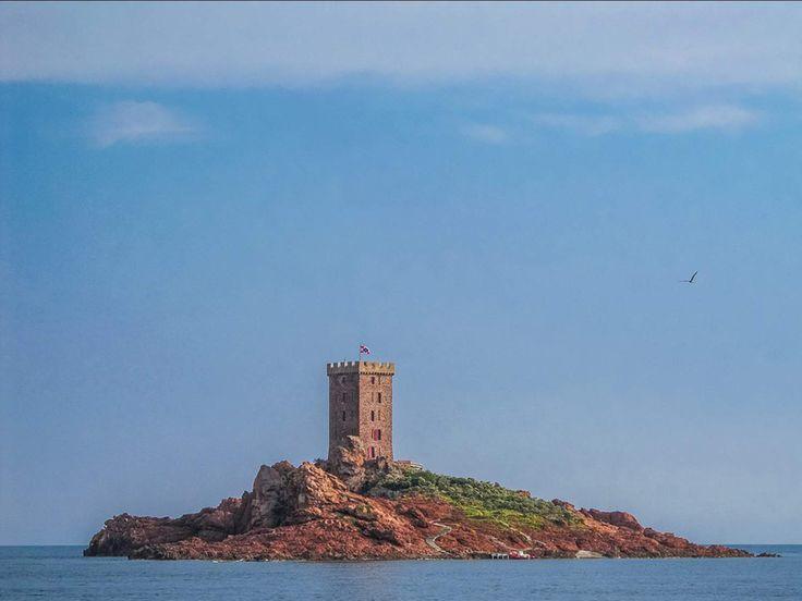 l'Ile d'Or, située à l'est de Saint-Raphaël, achetée 280 francs en 1897 par L. Sergent et acquise en 1905 aux jeux par A. Lutaud. Hergé se serait inspiré de la tour dans « L'Ile Noire ».