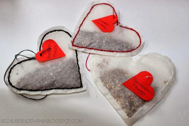 Hallo ihr Lieben, heute habe ich ein DIY für alle Teeliebhaber von auch, aber es ist auch eine super süße Idee zum verschenken. Ihr braucht: Tee-Filter für losen Tee, Nähgarn, eine dünne Nähnadel, eine Schere, eine Herzvorlage aus Pappe, rotes Papier, einen Stift und natürlich Tee Zuerst malt ihr mit Hilfe der Herzvorlage ein Herz auf einen Tee-Filter und schneidet…