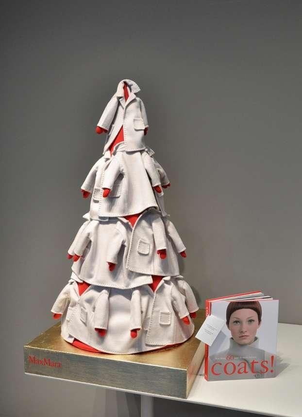 Max Mara decora il suo albero con il simbolo della maison, il cappotto.  http://www.leonardo.tv/natale-decorazioni/natale-100-alberi-d-autore-2012/max-mara-albero-natale