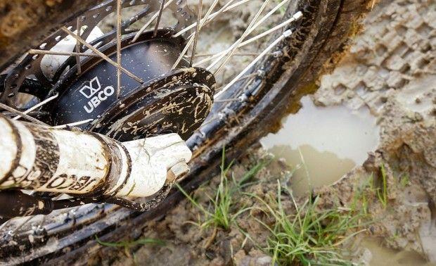 Je vous présente le 2x2 de la marque néo-zélandaise UBCO, ce magnifique deux roues, mélange entre un vélo et une moto tout terrain, est entièrement électri