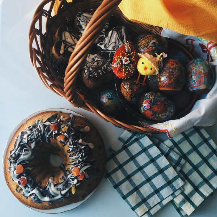 Миндальные сердечки, английский пасхальный кекс и крашеные луком яйца красивого бордового цвета. Я не очень религиозный человек, но то, как моя мама традиционно готовится к Пасхе, всегда вселяет в меня какое-то праздничное воодушевление. #cake #eggs #easter
