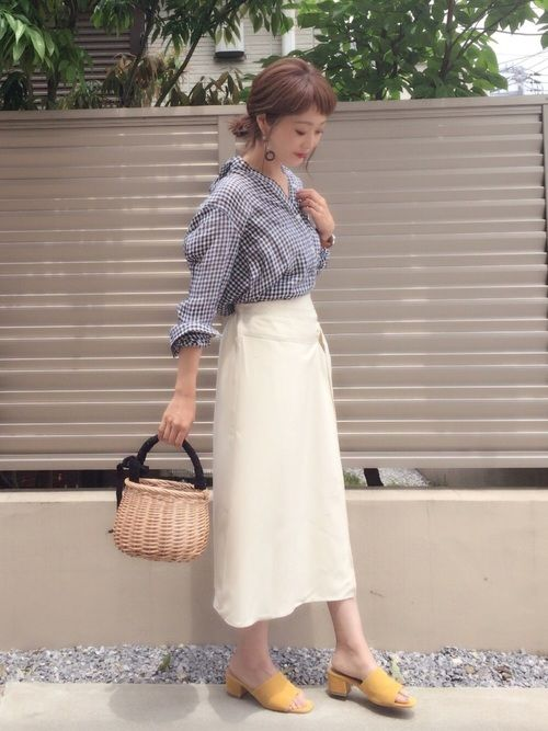 キレイめの白スカートに、カジュアルなギンガムチェックシャツを合わせて✨ ギンガム×イエローって春らし