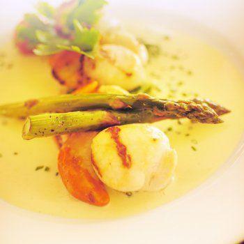 Saint Jacques aux asperges, sauce hollandaise