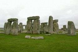 Загадки природы - Гигантское сооружение Стоунхендж (Stonehenge)— каменная загадка всамом центре Европы , как назвал этот удивительный монумент один изисследователей доктор Умлмор Тревер. Это древнее сооружение расположенное вВеликобритании. Сейчас археологи сошлись вомнении, что этот архитектурный памятник возведен втри этапа между 3500 и1100гг.до н. э.