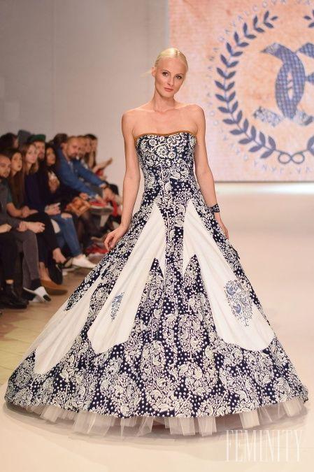 Honosná róba od Jany Gavalcovej má nádych tradícii a zároveň novodobej elegancie a kontrastov