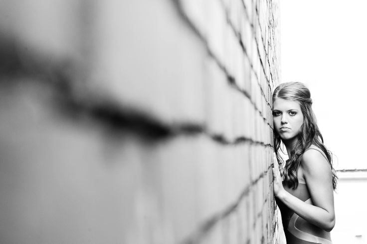 south central kentucky photographer prom pose high school girl teenage photography perspective texture black and white