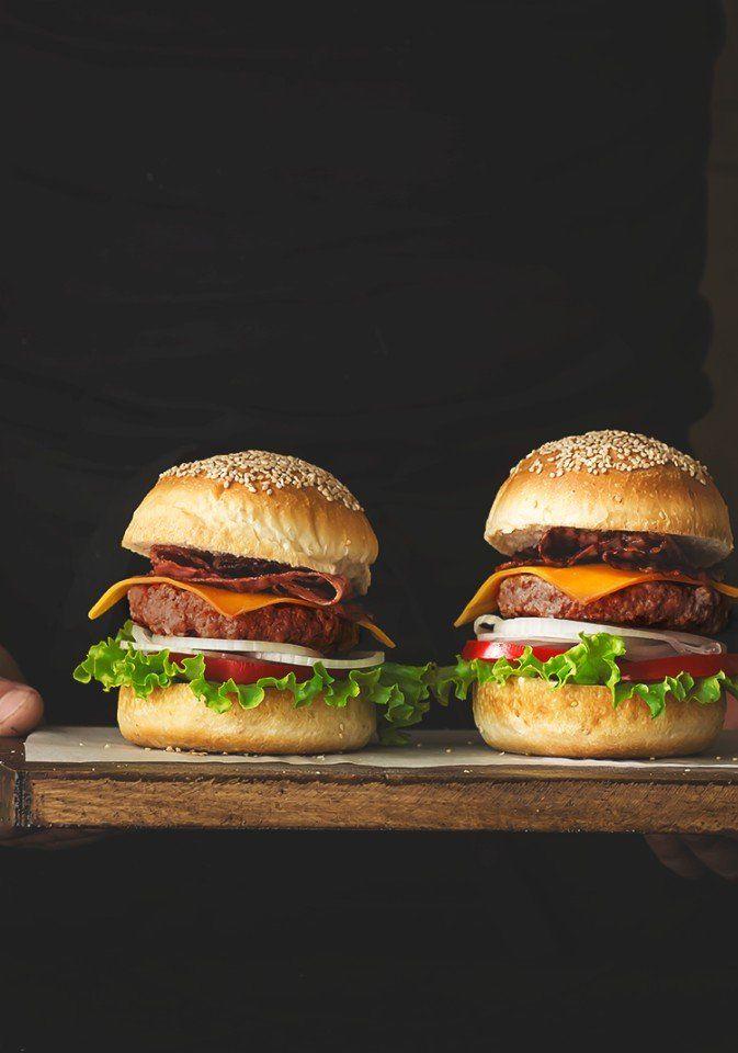 Как приготовить идеальный гамбургер  Булка 500 г пшеничной муки, около 300 мл воды, 1 чайная ложка сухих дрожжей, 1 чайная ложка соли, 40 г сливочного масла, 20 г сухого молока.  Бургер (котлета) Берем говядину: шейную часть, тонкий край и переднюю часть (челышко) грудинки в соотношении 1:2:1. Из расчета 2 кг мяса (500 г/1 кг/500 г) на 10 булочек.