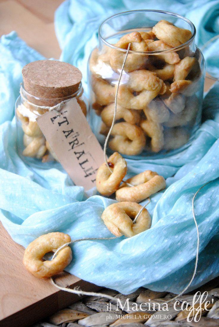Tarallini zenzero e peperoncino - Ginger e chilli tarallini  http://ilmacinacaffe.blogspot.it/2016/05/tarallini-zenzero-e-peperoncino.html