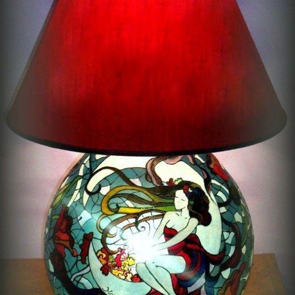 La02 Luna Lampada dipinta a mano  Lampada dipinta a mano in trasparenza con doppia luce interna ( una diretta verso l'interno della base in vetro e l'altra verso il paralume. Il dipinto riprende una versione della PITTURA di Alphonse Mucha, interpretato da Hanùl. La lampada è poi impreziosita da un delizioso paralume rosso in pendant col dipinto. Effetto ottico e giochi di luce sulle pareti garantiscono una suggestione senza eguali.  Per avere informazioni su come ricevere una lampada…
