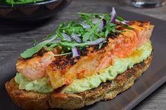 Te explicamos paso a paso, de manera sencilla, la elaboración de la receta de tosta de salmón picante con aguacate y queso. Ingredientes, tiempo de elaboración